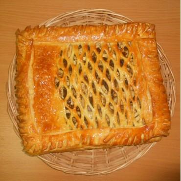 Пирог с яблоками, изюмом и грецким орехом